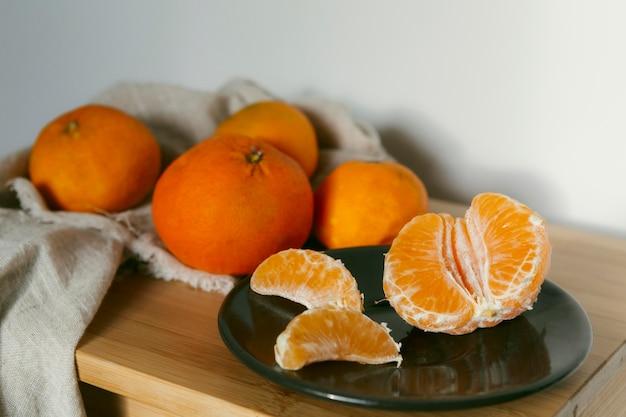 Świeże pomarańcze na stole