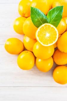 Świeże pomarańcze owocowe na stole
