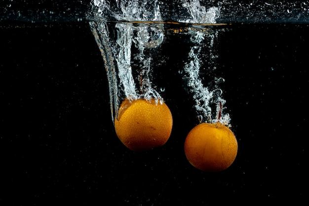 Świeże pomarańcze w wodzie