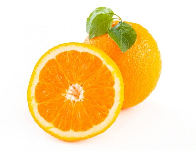 Świeże pomarańcze z liśćmi