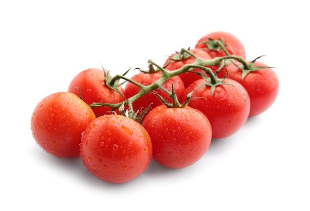 Świeże pomidorki koktajlowe na białym