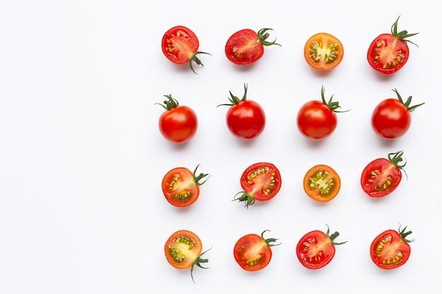 Świeże pomidory, całe i pół pokrojone na białym tle