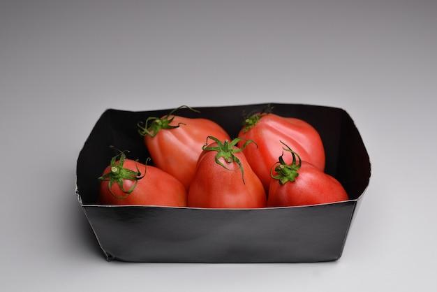 Świeże pomidory ciemne tło czerwone dojrzałe pomidory na ciemnym tle