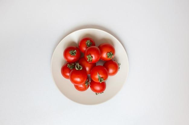 Świeże pomidory czereśniowe na białym naczyniu
