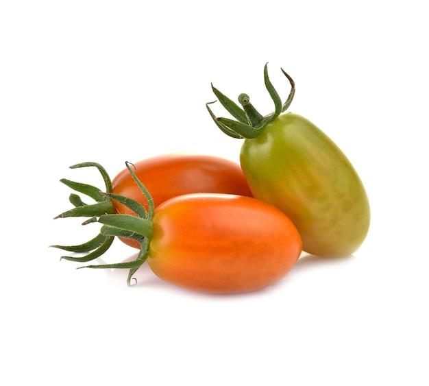 Świeże pomidory czereśniowe na białym tle