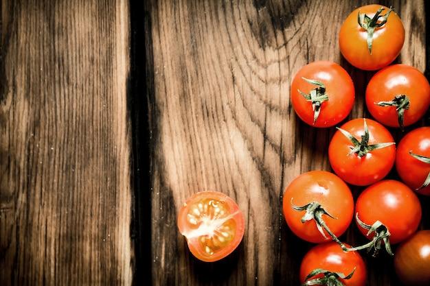 Świeże pomidory czerwone. na drewnianym tle.