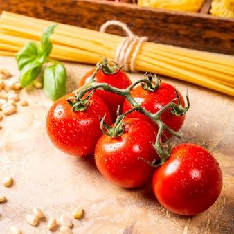 Świeże pomidory do domowego klasycznego włoskiego sosu makaronowego