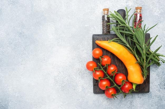 Świeże pomidory koktajlowe na gałęzi i rozmaryn zioła mięty