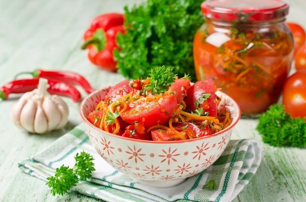 Świeże pomidory marchew papryka i przyprawy domowe marynowane warzywa
