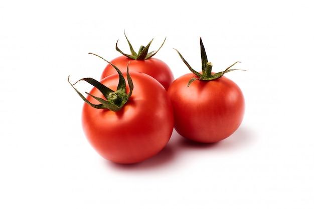 Świeże pomidory na białym tle