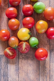 Świeże pomidory na drewnianym tle