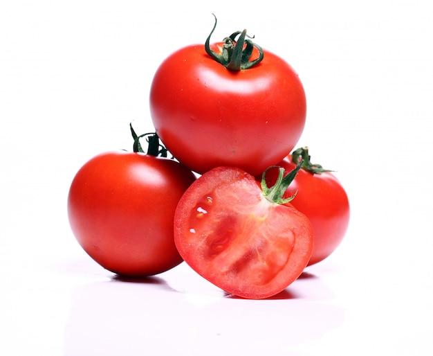 Świeże pomidory nad białym