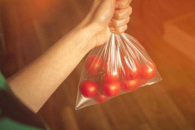 Świeże pomidory w torbie na zdjęciu w tle kuchni