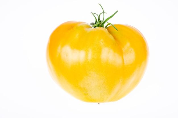 Świeże pomidory żółte na białym tle. zdjęcie studyjne.