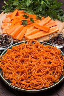 Świeże posiekane marchewki na desce do krojenia. sfermentowane marchewki na talerzu. naturalny środek wzmacniający układ odpornościowy. ścieśniać