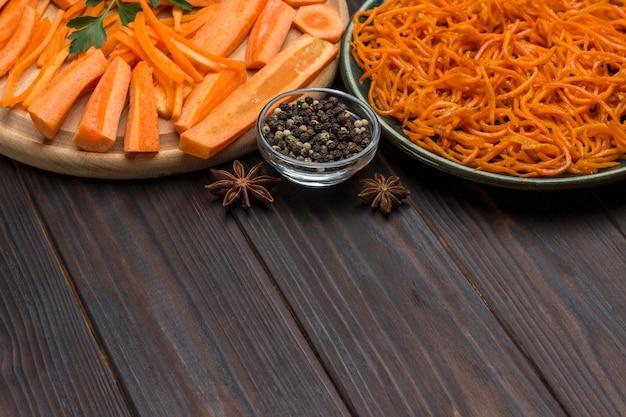 Świeże posiekane marchewki na desce do krojenia. sfermentowane marchewki na talerzu. naturalny środek wzmacniający układ odpornościowy. skopiuj miejsce. ścieśniać
