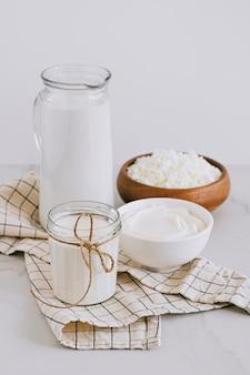 Świeże produkty mleczne, mleko, twaróg, śmietana, śmietana, produkty rolne