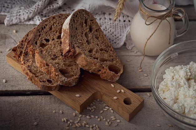 Świeże produkty mleczne mleko, twarożek, śmietana, wieloziarnisty chleb domowy