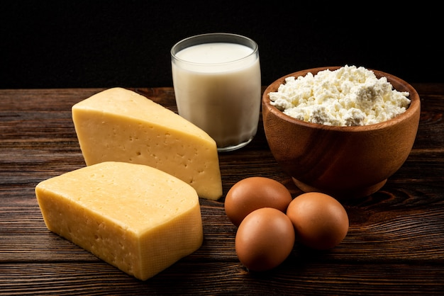 Świeże produkty mleczne na drewnianym stole