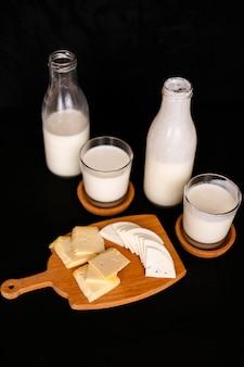 Świeże produkty mleczne na starej płycie kuchni.
