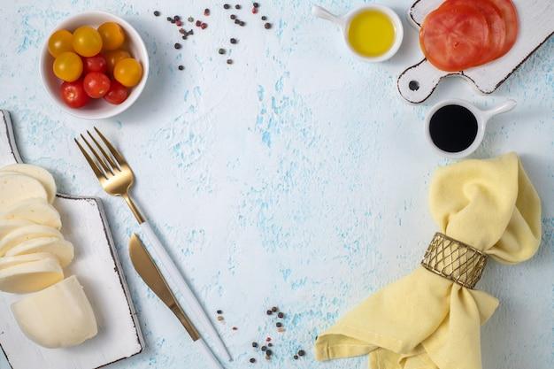 Świeże produkty spożywcze i warzywa i przyprawy na niebieskim tle. miejsce na tekst. szablon do projektowania.