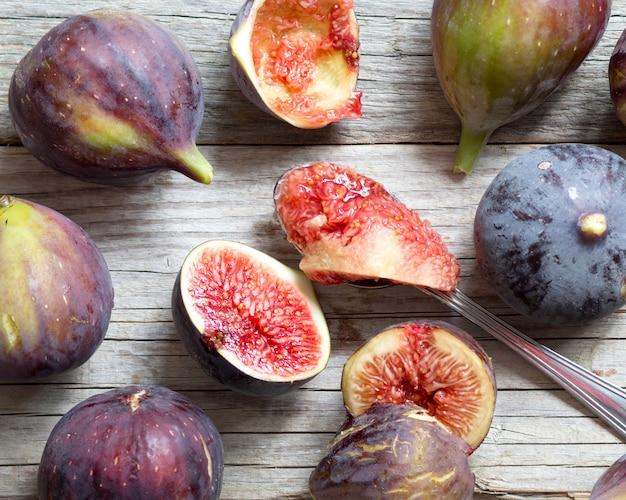 Świeże purpury figi na drewnianym stołu zakończeniu up