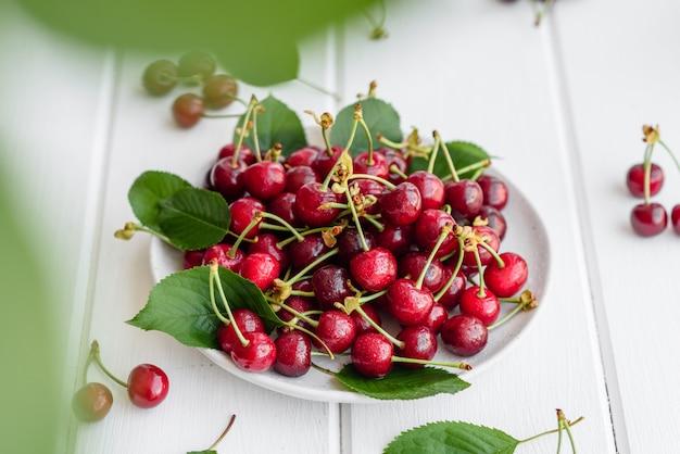 Świeże pyszne czerwone jasne jagody wiśniowe