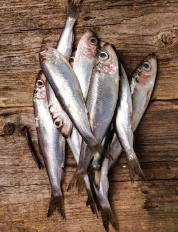 Świeże pyszne ryby na drewnianym stole