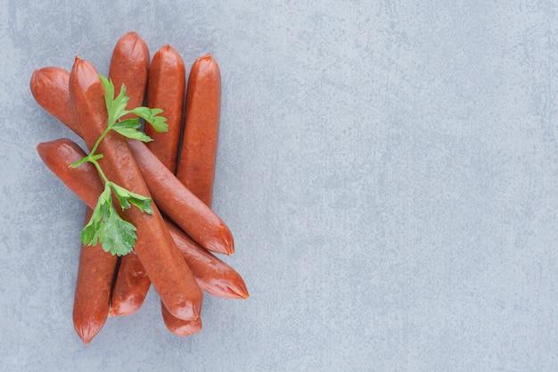 Świeże pyszne salami na szarym tle.