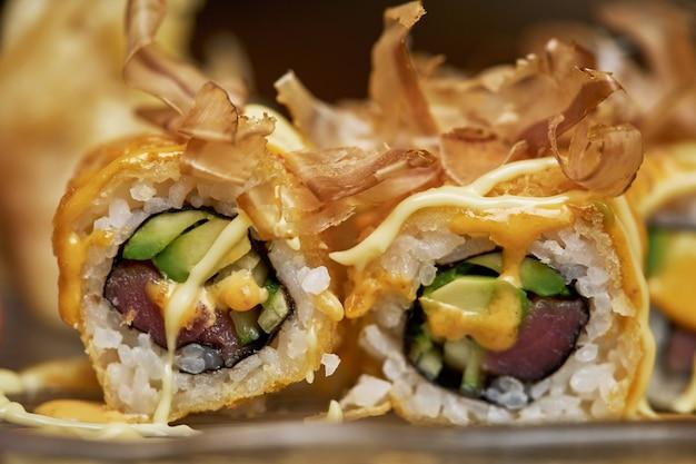 Świeże, pyszne sushi posypane pysznym dressingiem