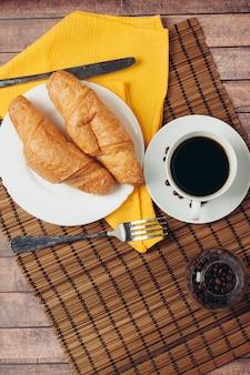Świeże rogaliki na stole śniadanie na deser z bliska. wysokiej jakości zdjęcie