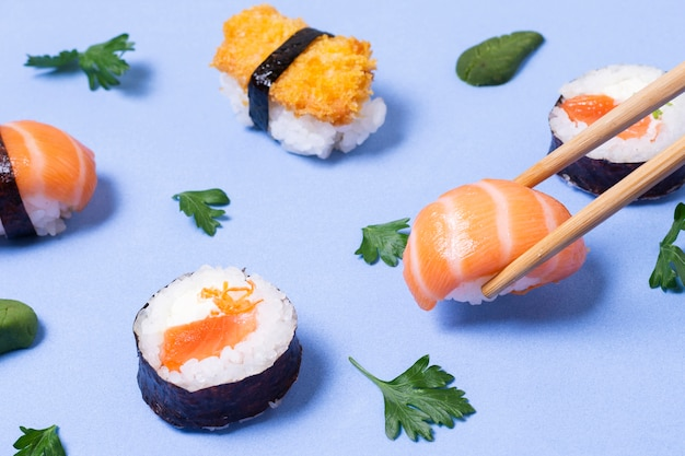 Świeże rolki sushi pod dużym kątem