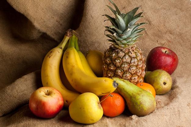 Świeże różne owoce