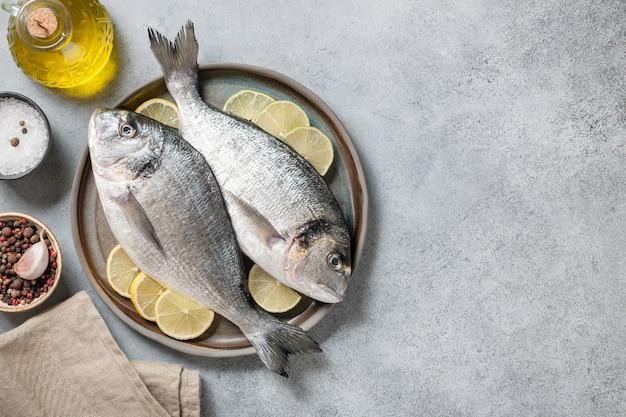Świeże ryby dorado i przyprawy do gotowania posiłków