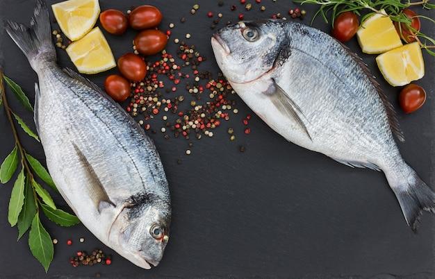 Świeże ryby dorado na łupkowej desce do krojenia. widok z góry, miejsce na kopię.
