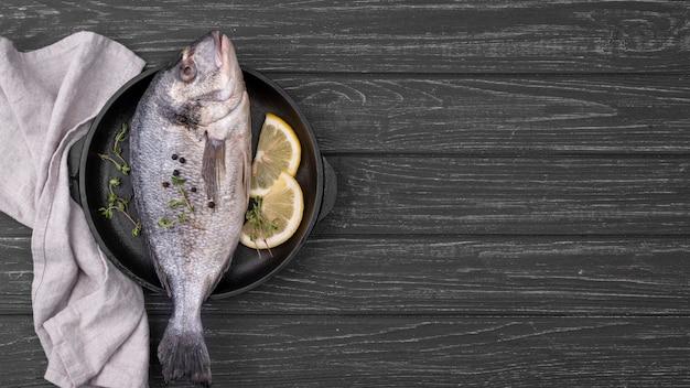 Świeże ryby dorady kopia przestrzeń widok z góry