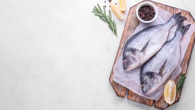 Świeże ryby dorady na drewnianej desce kopia przestrzeń