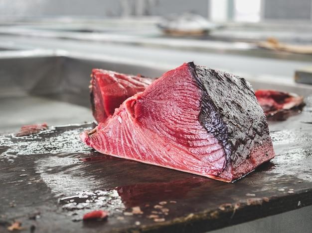 Świeże ryby na targu rybnym. zbliżenie