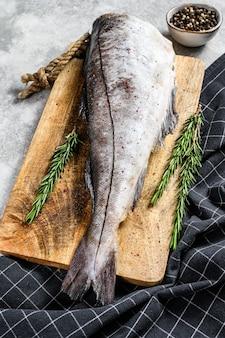 Świeże ryby plamiaka na desce do krojenia