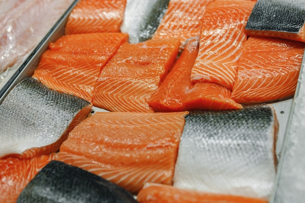 Świeże ryby różne na ladzie lodowej w supermarkecie
