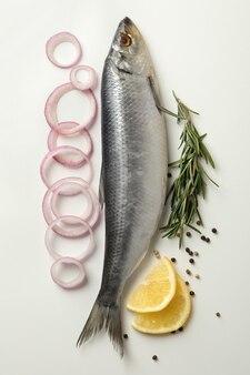 Świeże ryby śledziowe i przyprawy na białym tle