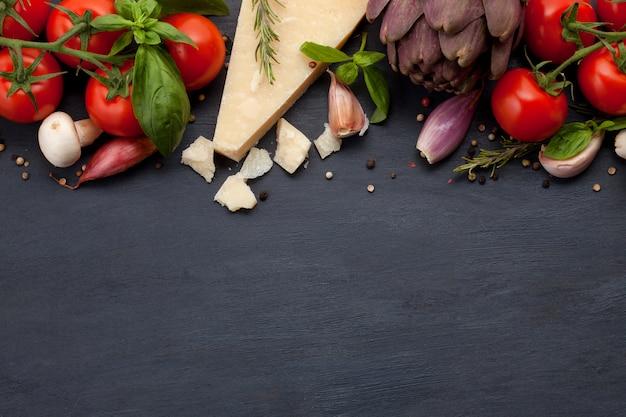 Świeże składniki organiczne z śródziemnomorskich receptur. pojęcie zdrowej żywności