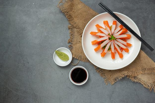 Świeże slajdy paluszków krabowych z wasabi i sosem