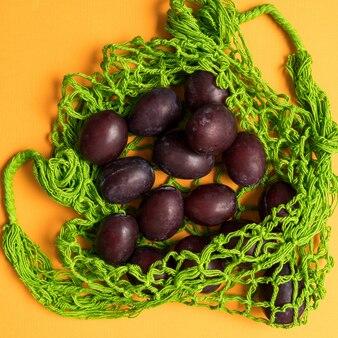 Świeże śliwki w eko-siatce torba na zakupy z siatki wielokrotnego użytku