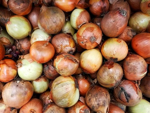 Świeże słodkie cebule w supermarkecie