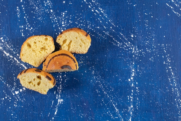 Świeże smaczne pokrojone w plasterki ciasta umieszczone na marmurowej powierzchni