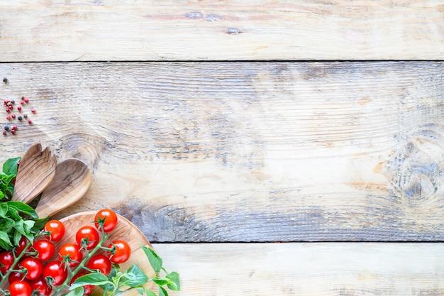 Świeże, smaczne warzywa do gotowania na rustykalnej powierzchni
