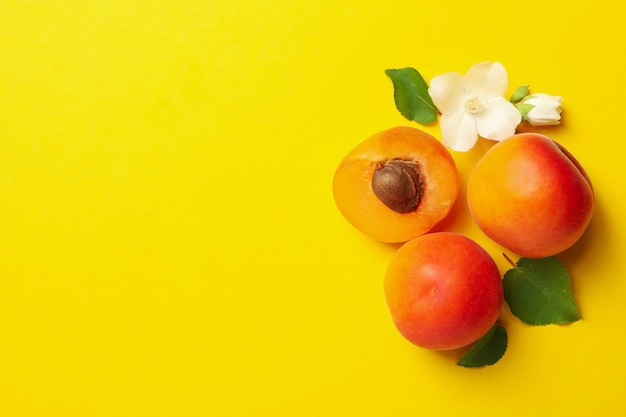 Świeże smakowite morele na kolorze żółtym