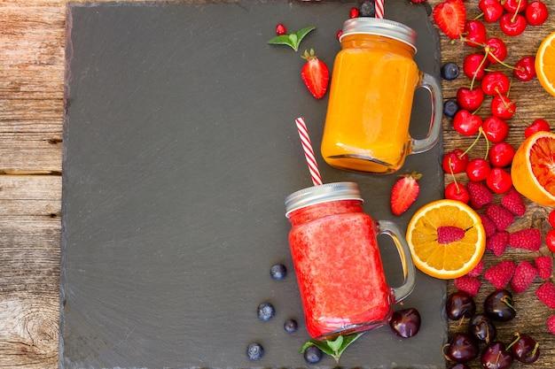 Świeże smoothy napoje cytrusowe i jagodowe ze składnikami