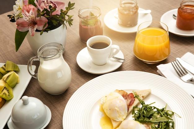 Świeże śniadanie izolowane bez obsługi pokoju dla ludzi?
